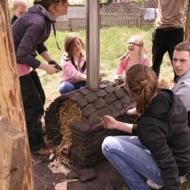 Lehmofenbau mit Jugendlichen in Polen